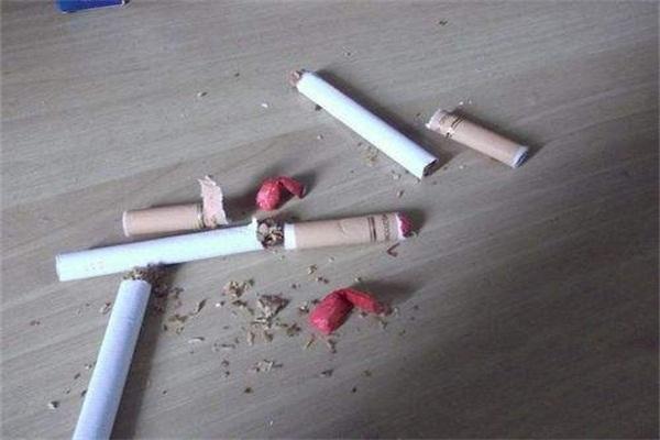 """吸了朋友给的""""有料香烟"""",让我天旋地转、头晕眼花!"""